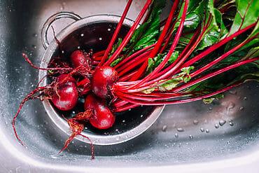 Rote Bete Gemüse waschen