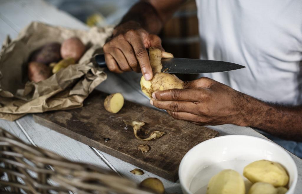 Kartoffeln schälen mit Hand Messer