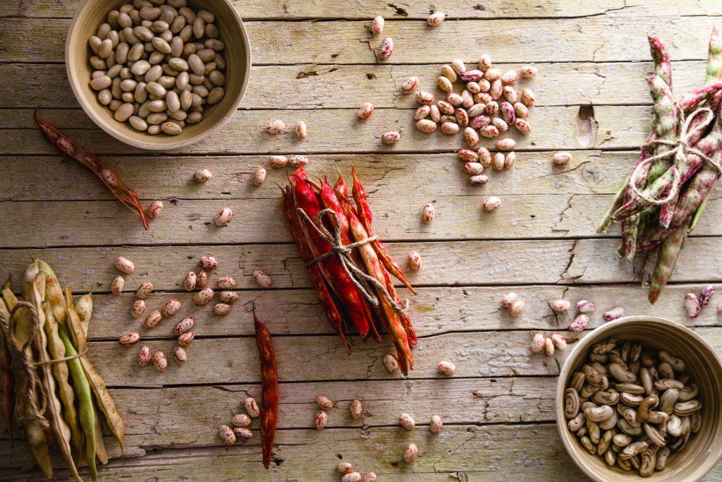 Hülsenfrüchte Kichererbsen Soja auf einem Tisch