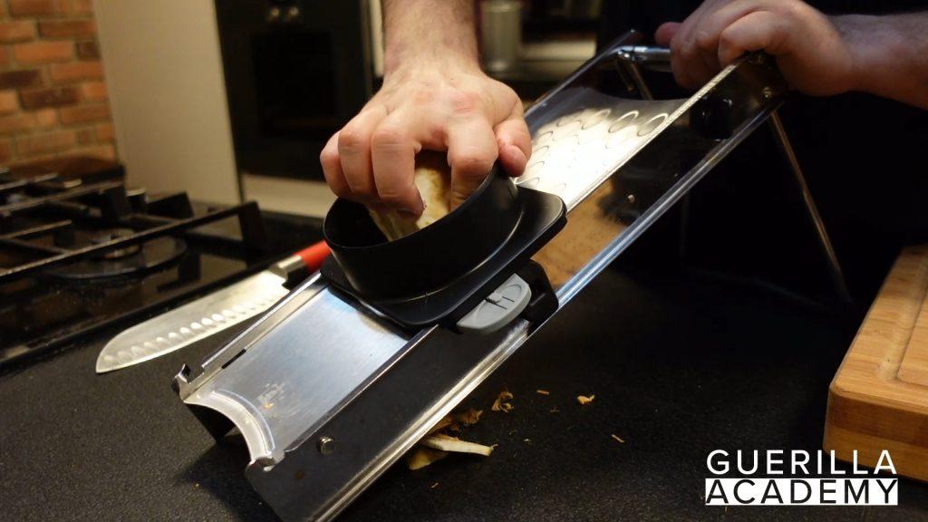 Gemüse schneiden mandoline für sauce